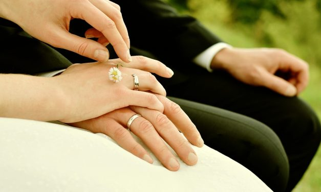 Comment aider son homme à trouver son costume de mariage?